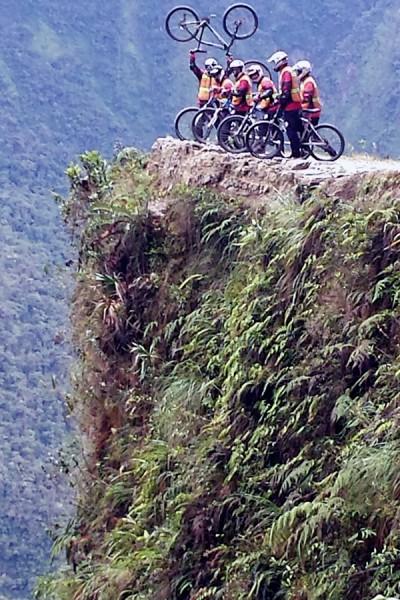 In bicicletta lungo il Camino de la muerte, definita la strada più pericolosa al mondo